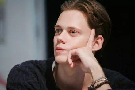 哥哥是好莱坞性感男性,名门望族的BillSkarsgård前途无量啊!_小丑
