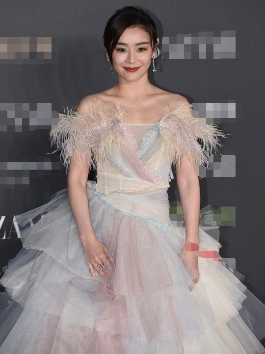 当袁姗姗和娜扎同穿羽毛裙,终于见识了美女与女神的差距有多大!