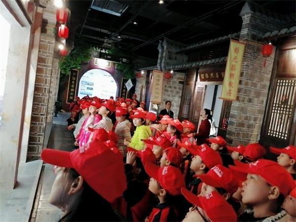 湖北襄州区黄集镇200名贫困学生规划馆中看发展 卉丰源里探新知