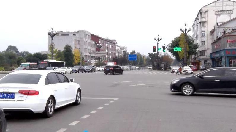 扩散!都江堰市城区这些十字路口增设了直行待行区!