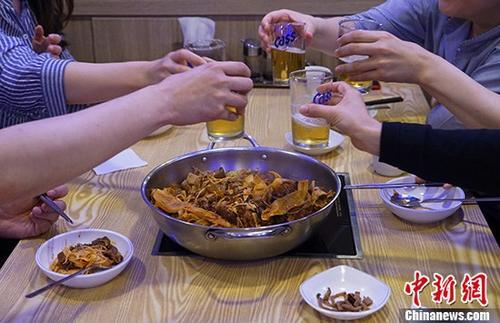"""韩媒:""""中国味道""""麻辣烫成韩国人气餐饮"""