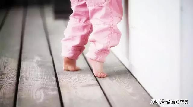 为什么宝宝学走路爱踮脚?真实原因是这样,学步期这2点要注意