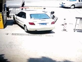 可怕!深圳一司机倒车时突然加速,将过路行人卷入车底