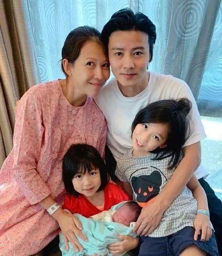 原创蔡少芬完成张晋抱儿子的心愿,46岁生三胎,家庭地位可见一斑