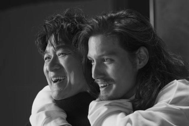 周华健和儿子拍写真画面温馨 混血儿子高大