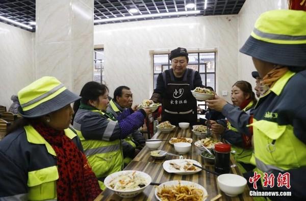 青海西寧一面館為環衛工人提供免費餐食近十年_竇新功