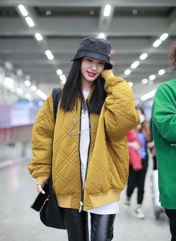 李菲儿身穿姜黄色外套内搭纯白T恤,黑色皮裤和马丁靴十分酷帅!