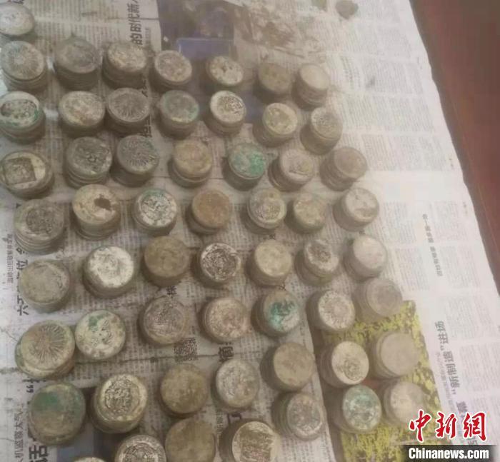 浙江兰溪一地基中挖出千枚银元 已暂由警方封存保管