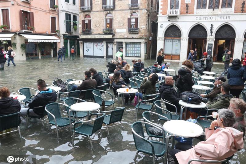 张庭电视剧威尼斯水位再度触及1.5米游客水中用