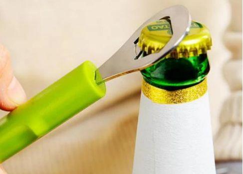 """啤酒瓶上有个""""小机关"""",轻轻一拧就打开!"""