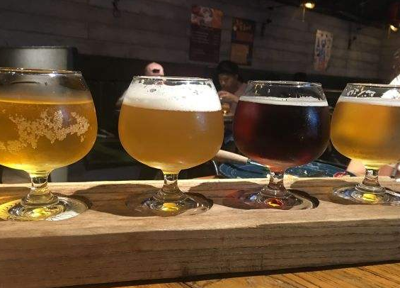 自酿啤酒设备:啤酒设备跟售酒机有区别,你会选哪个