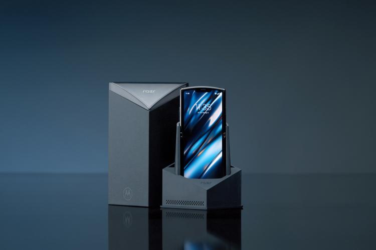 复刻RAZR,摩托罗拉造了一款竖向折叠屏手机