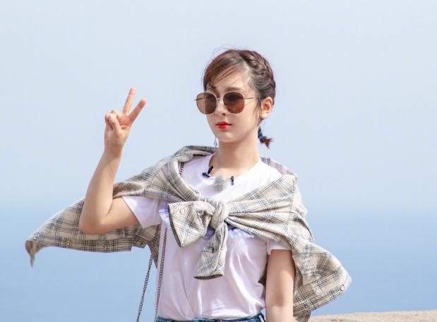 杨紫郑爽录制央视综艺,杨紫大红长裙亮眼,郑爽大长腿也异常抢镜