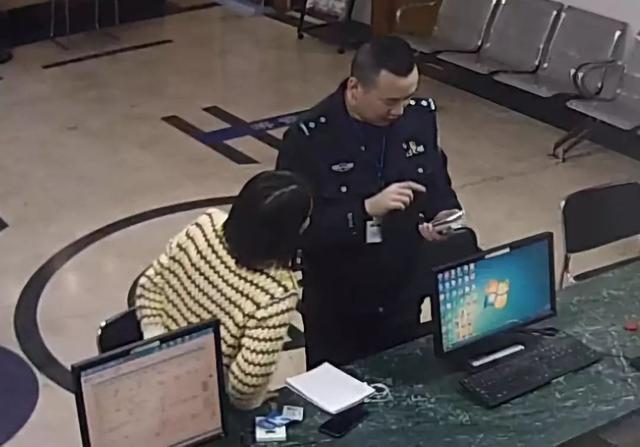 女子手机收到拘捕令,在转账前冲进派出所,不仅没有被拘留,还得到民警的表扬_王烨