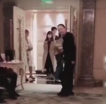 宋丹丹模仿张嘉译走路姿势,被网友吐槽很不道德没素质_黑色