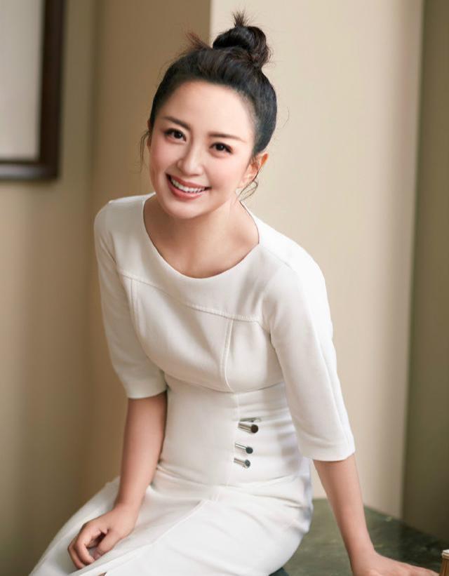 杨舒童久违亮相,穿白色修身连衣裙展现S形曲线,散发知性女人味_身体
