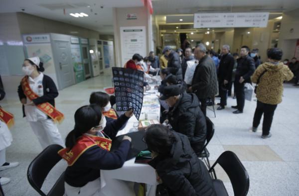 世界慢阻肺日内蒙古自治区人民医院举行义诊活动