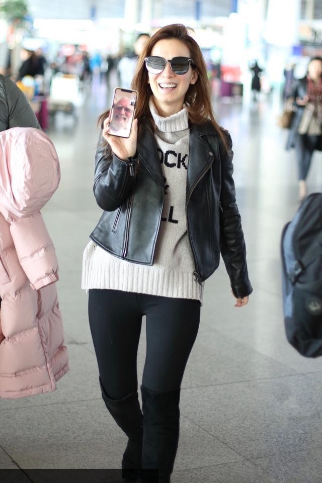 卢靖姗这么放得开?把打底裤直接穿机场,外面都不套一条短裙!