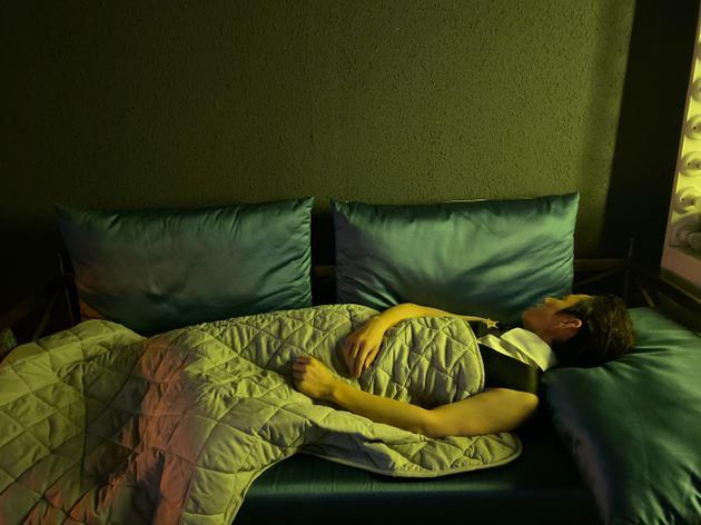 何炅否认睡三个小时就够了 喊话网友删评超有梗