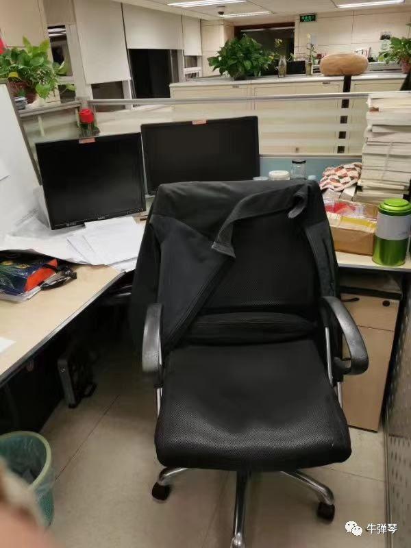 一位新華社記者突然走了,外套還搭在椅背上!