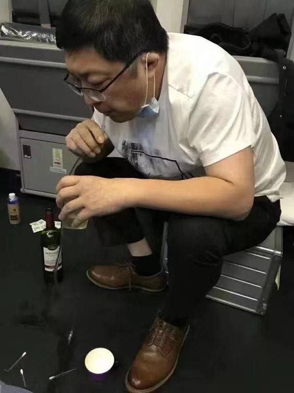 萬米高空上,廣州醫生跪地吸尿:沒想要感動誰,只想救人_張紅