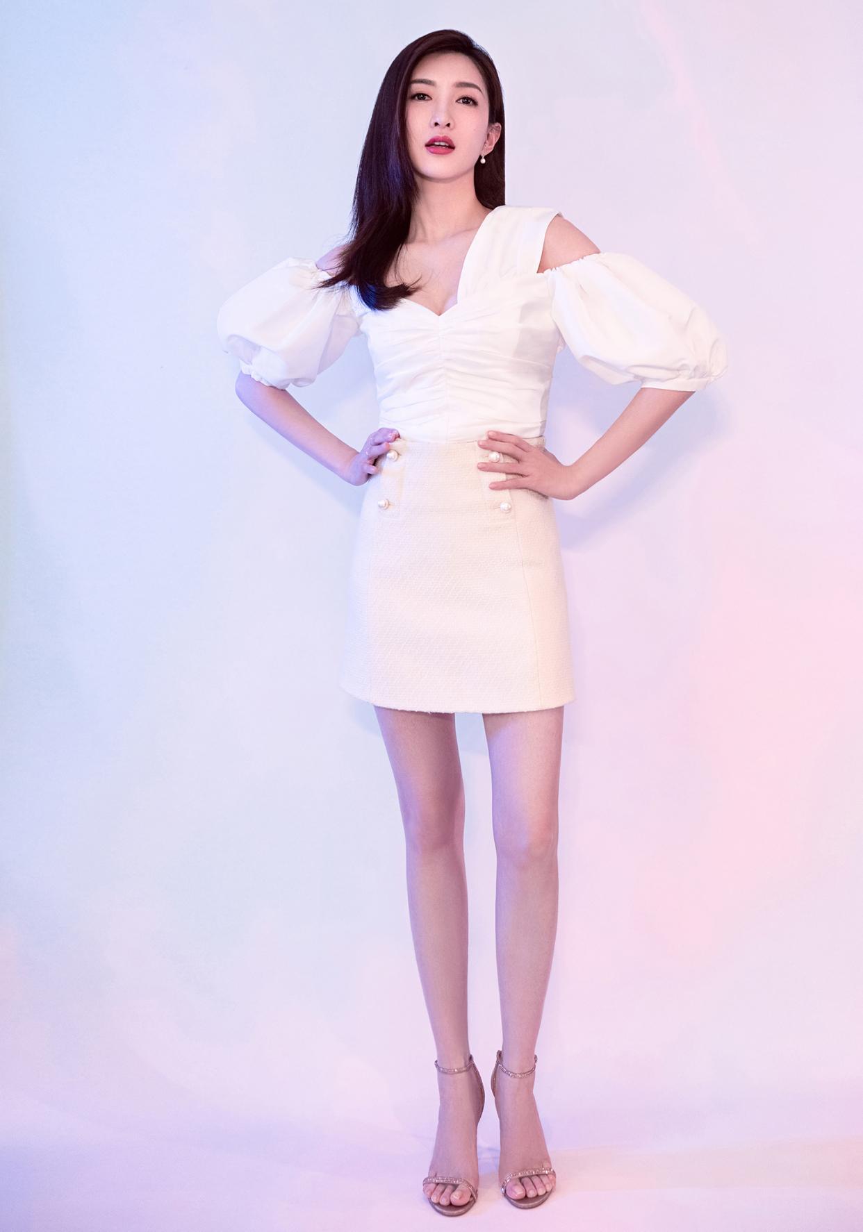 大长腿有时也会尴尬?江疏影扯着短裙下跪合影,短裙虽冷但心很暖