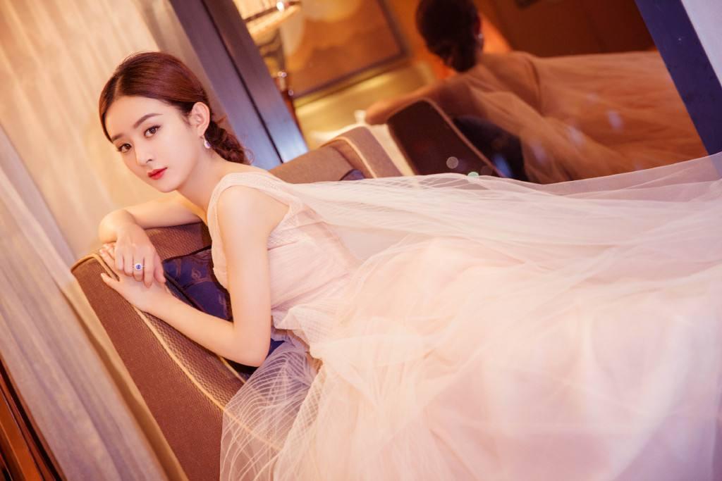 """当32岁赵丽颖撞上32岁刘诗诗,同穿""""隐形裙"""",到底谁才是最美辣妈?_礼服"""
