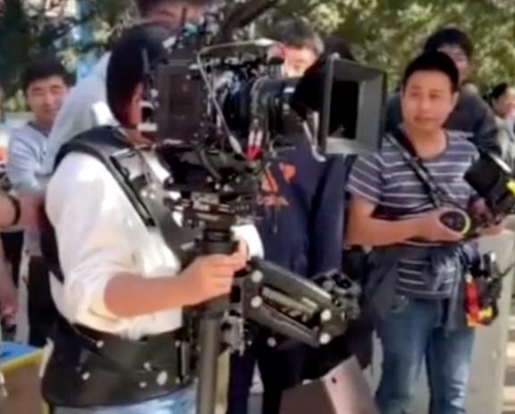 贾玲片场化身摄影师,背10斤器材亲自上阵,大喊:扶住我 作者: 来源:猫眼娱乐V