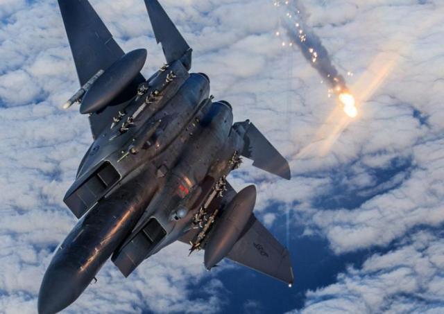 """""""伊朗导弹""""再立新功,一架F-15被凌空打爆,五角大楼誓言将报复_胡塞"""