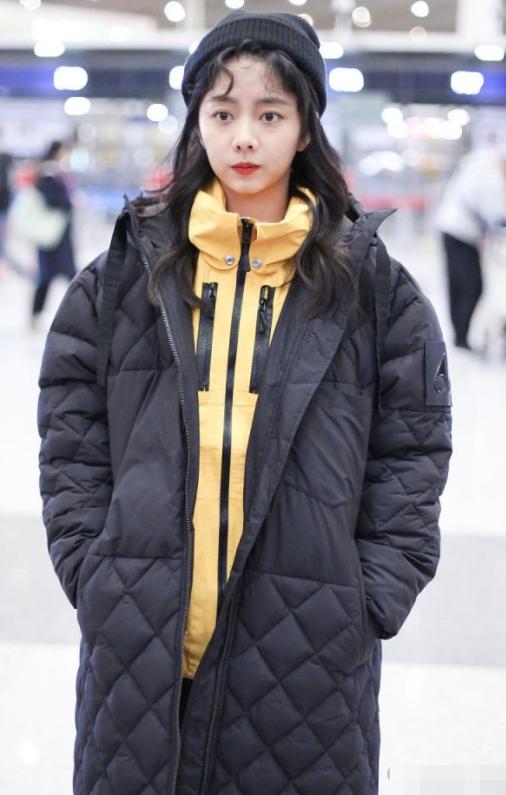 谭松韵冬季穿搭,棉服叠穿运动服保暖又时尚,无痕裤下的腿真健硕