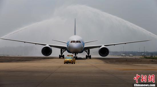 波音公司向中国交付第100架787飞机_高思翔