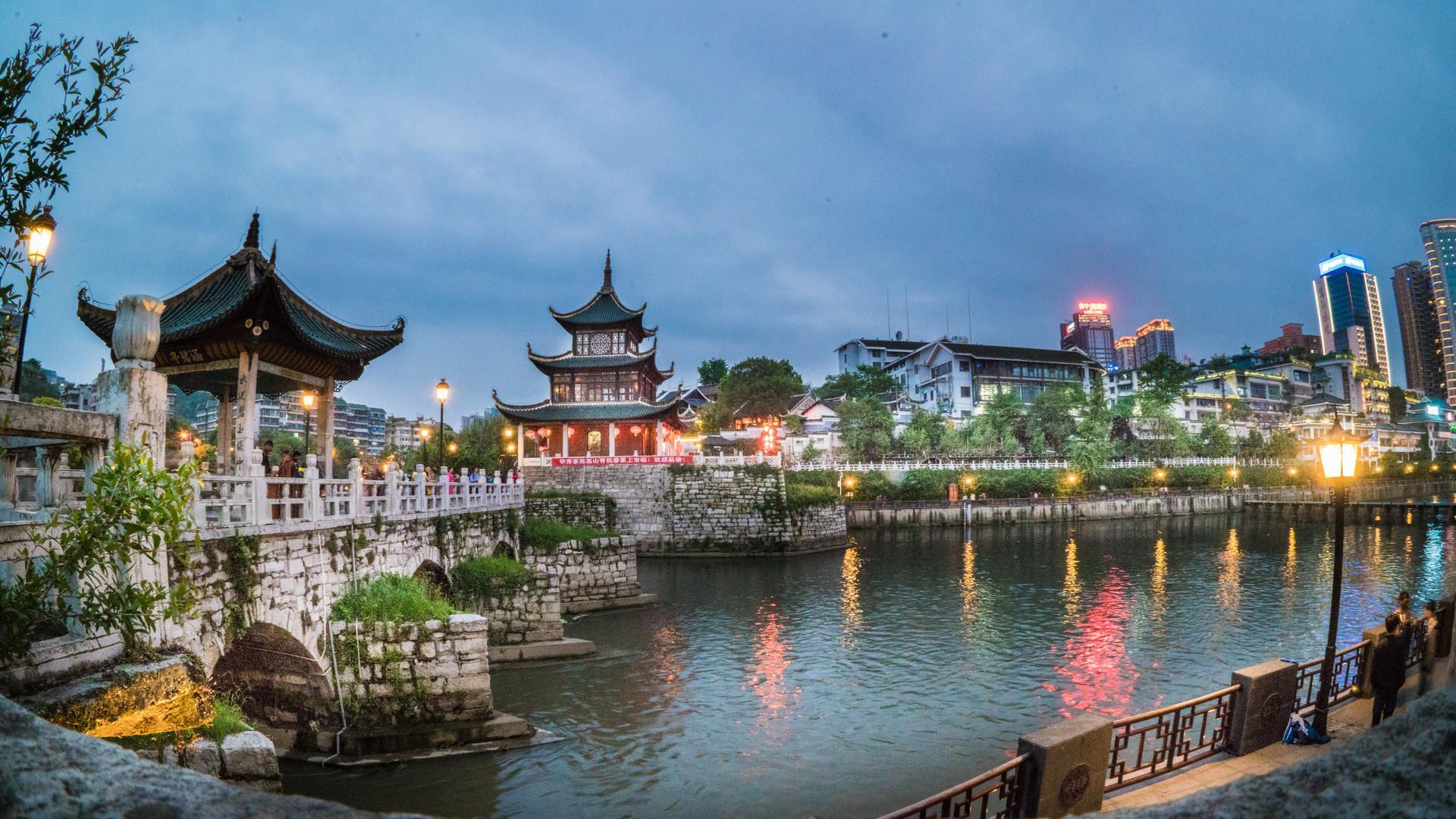 原创             贵阳最知名的一座古楼,建在河中一块石头上,免费开放