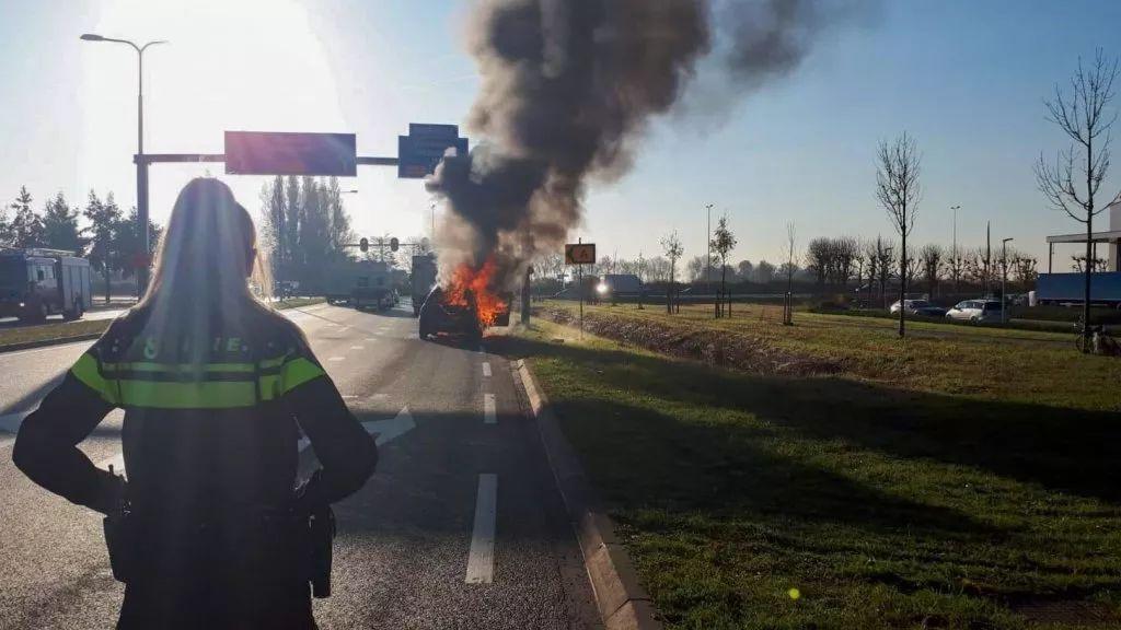 荷兰新闻短平快(警方对拍摄着火汽车的驾驶者不客气等)——11月21日