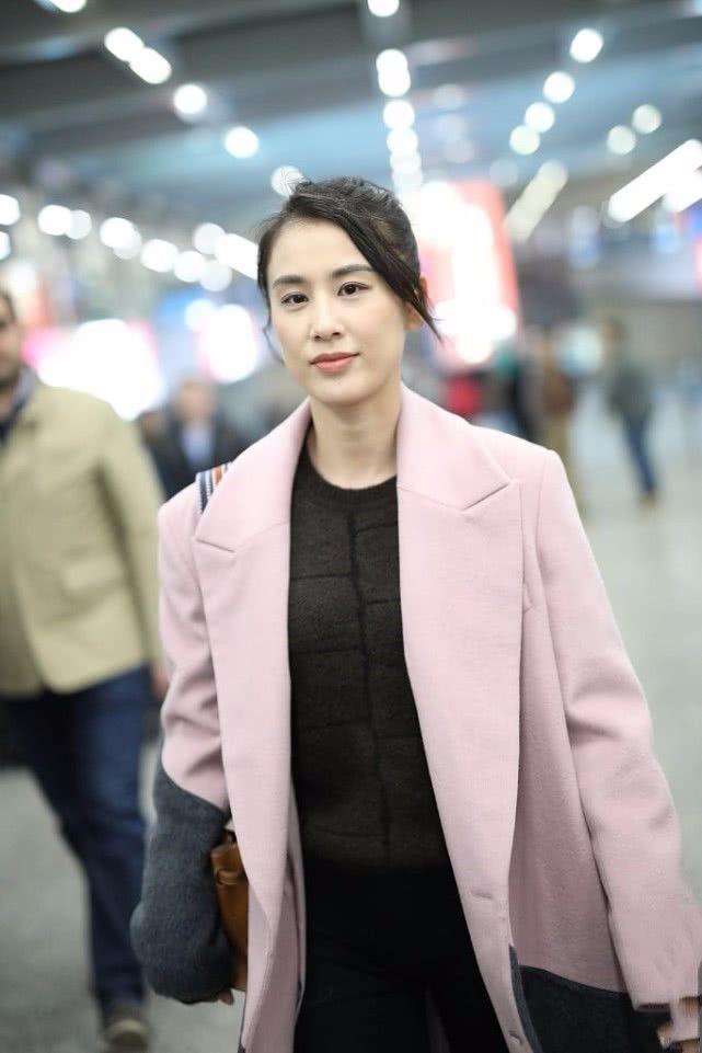 黄圣依机场打扮土气,看她穿的衣服很普通,一身下来好几万!