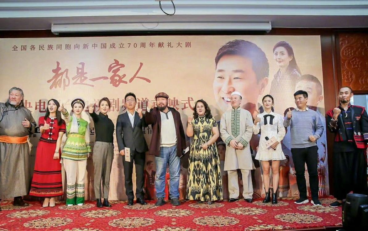 65岁郭达出席新剧首映礼,完全看不出比身边的林永健大