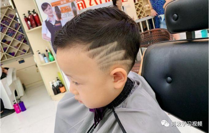 今天小编也盘点了2019年最火的小男孩发型大全来与各位宝妈们分享