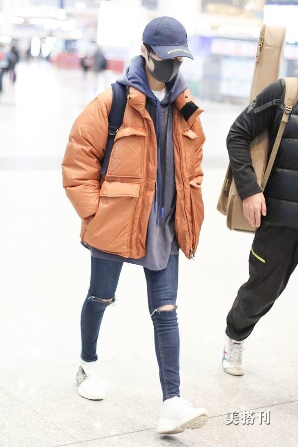 原创35岁李宇春继续中性风,头戴棒球帽身穿破洞牛仔裤,酷似小伙儿