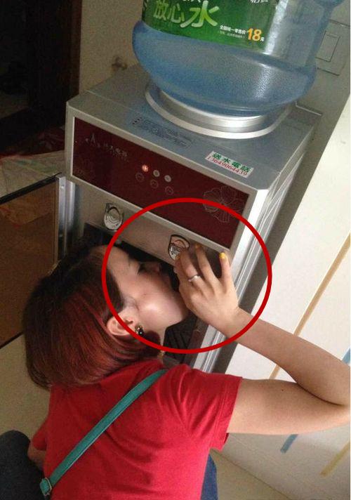 搞笑gif:没有水杯的那些日子,姐都是这么喝水的!
