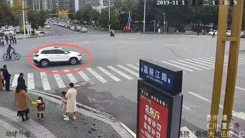 """【精彩】""""无人驾驶""""汽车惊现汇川大道!闯红灯撞停在路边,原因是这样……"""