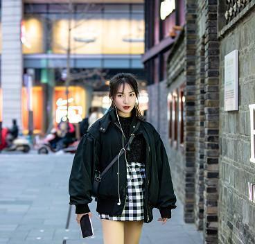 街拍:小姐姐花样过冬,棒球服外套+格纹半裙秀大腿,真不冷?