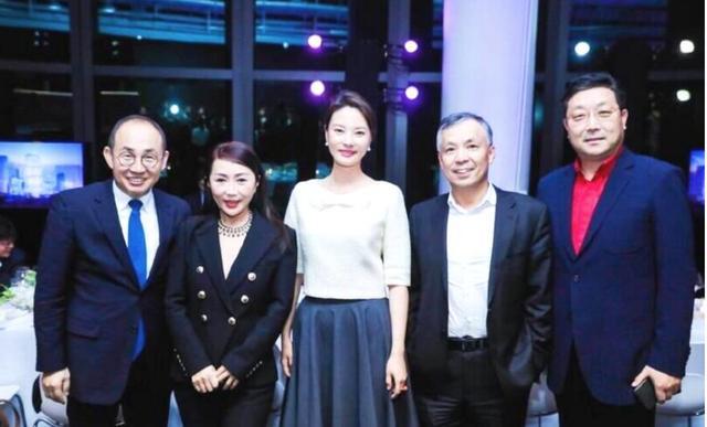 央视主持刘芳菲近照,白衣黑裙衬的皮肤白嫩,完全不像42岁女人!