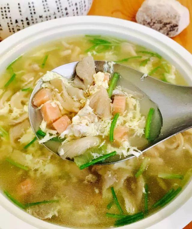 【舌尖美食】   这碗榆黄菇汤,滑溜溜、太鲜美了