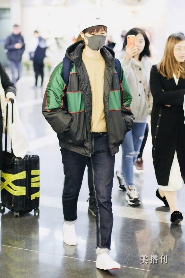 原创超飒!李宇春穿绿夹克双手插兜超帅气,头戴白色针织帽素颜出镜