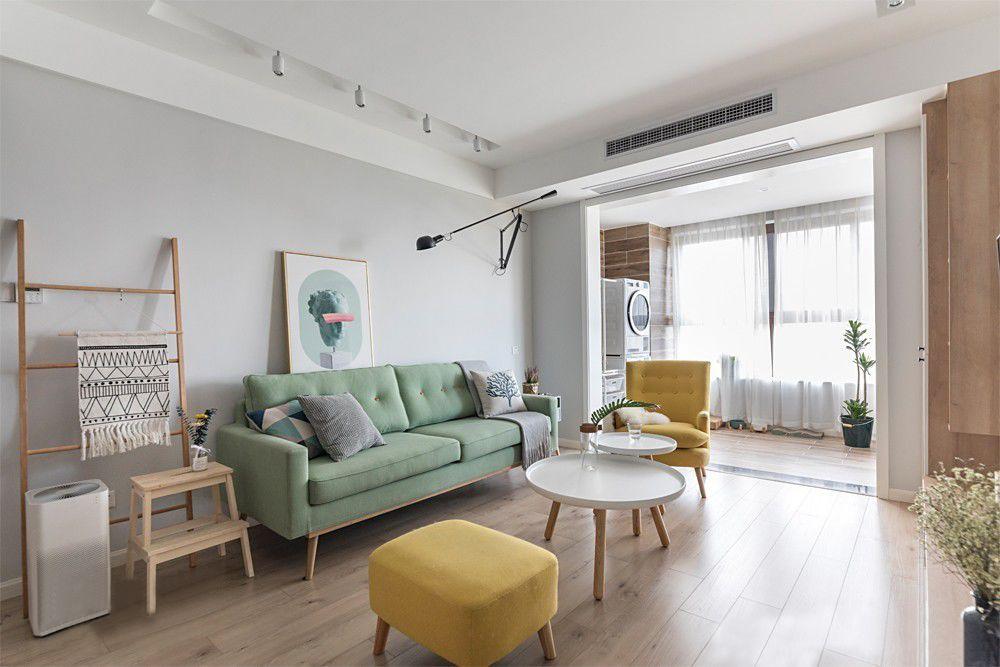 客厅和阳台没有安装隔断门,视觉更加开阔,阳光直接照射进客厅,洒落在