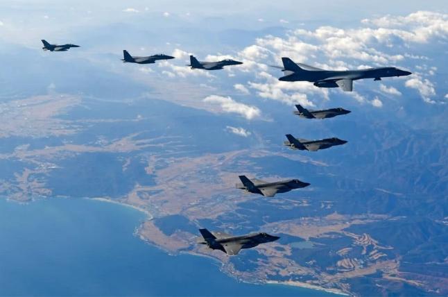军警抓捕上千名暴徒后,美大批F35飞越海峡,强硬警告立刻放人_美国空军