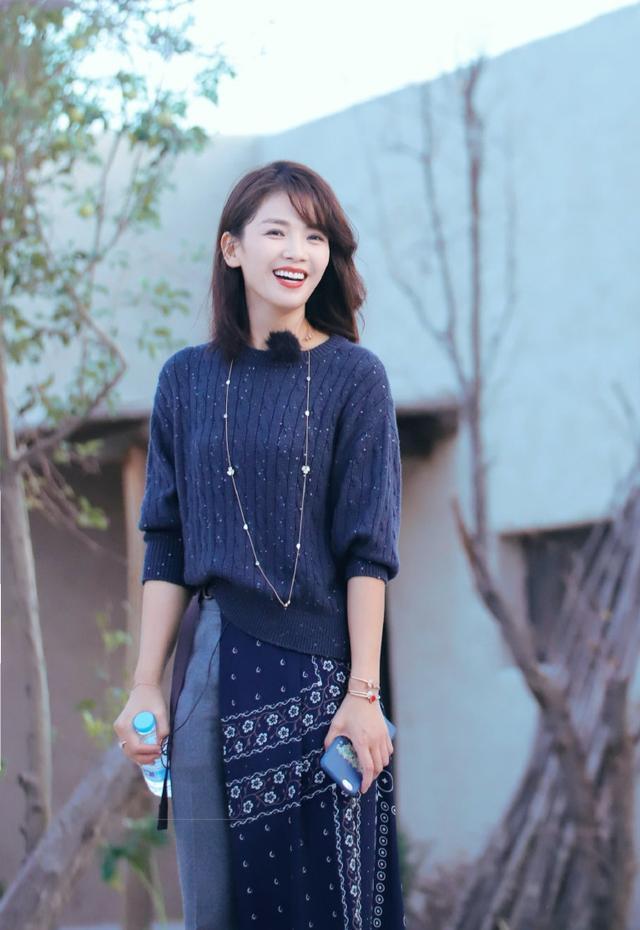 41岁刘涛气质真好,裹裙套牛仔裤搭针织衫很个性,中长发温柔大方