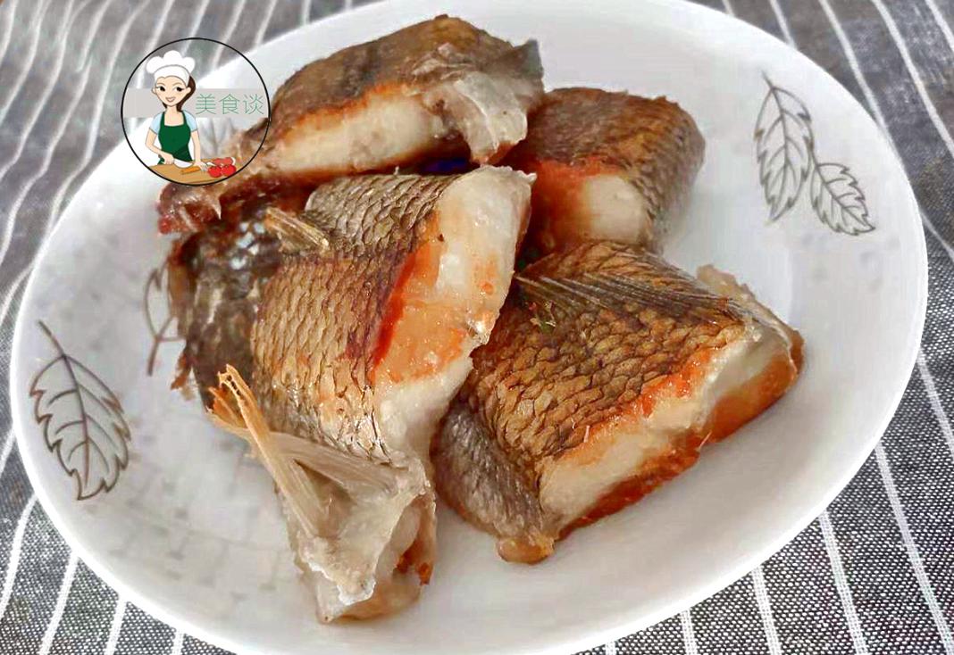 煎鱼时,万万别直接下油锅了,教你一招,鱼肉不散不粘锅,还特香