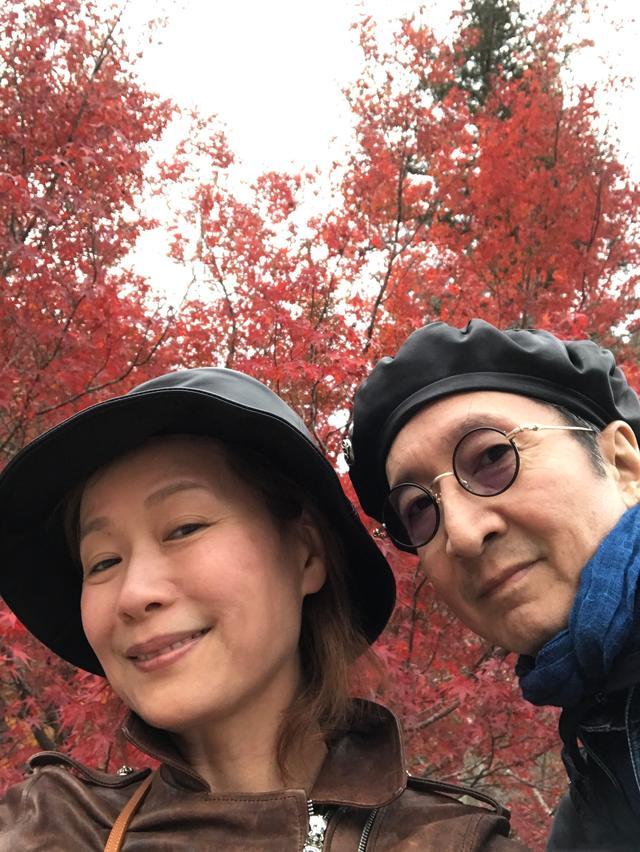 葉童夫婦曬自拍照,55歲還敢素顏出鏡,略有皺紋卻老的真實優雅!