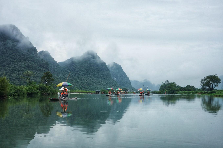 阳朔漂流你还去漓江吗?遇龙河的竹筏更原始,游客不多景色优美