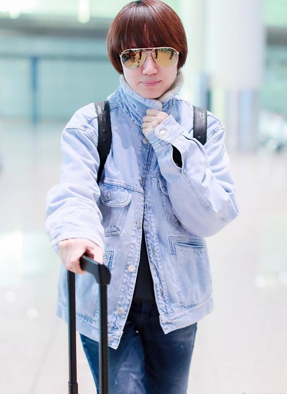 原创袁泉穿浅色牛仔外套搭配牛仔裤,层次立体明显,高级感呼之欲出!